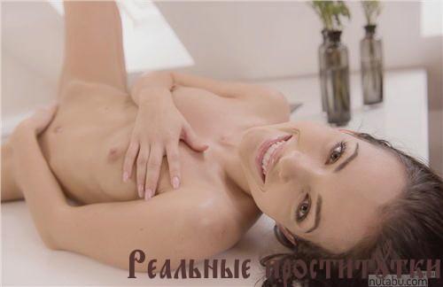 Лола - мастурбация члена грудью